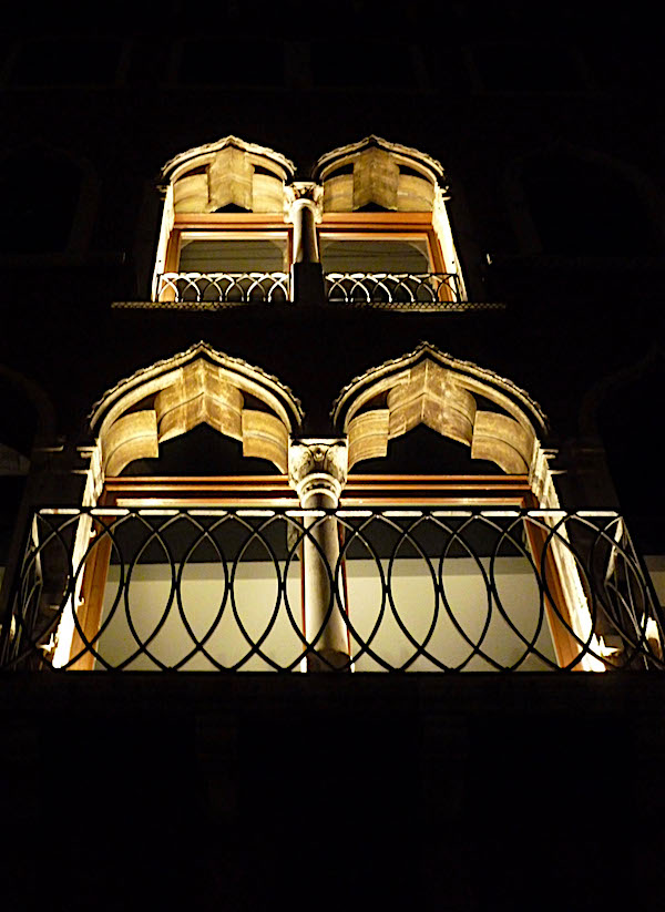 A petrarch sonnet venice balcony at night waterblogged for Balcony translate